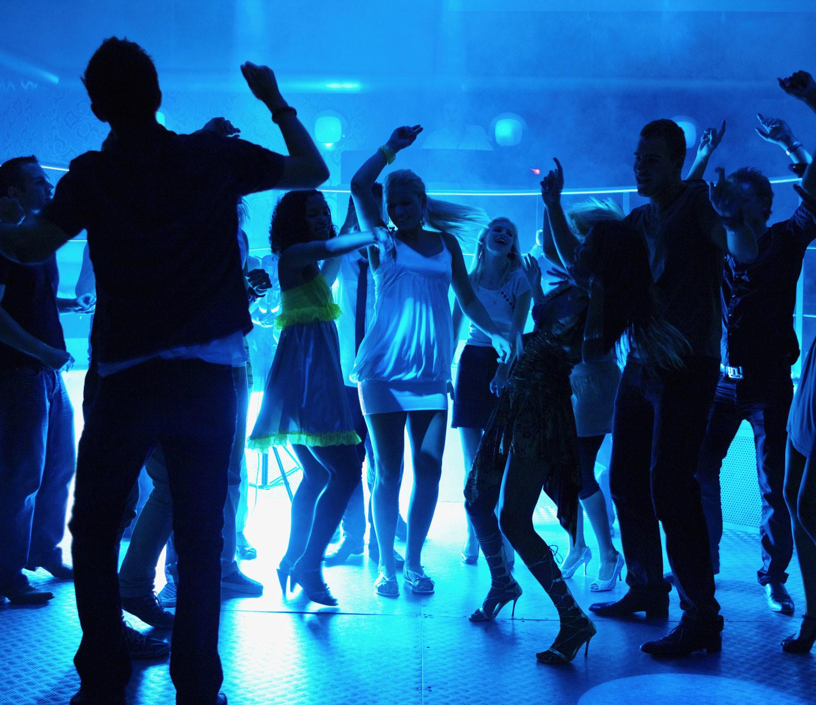 Тёлки танцуют ночном клубе 25 фотография