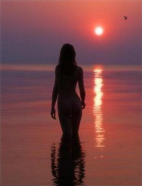 Красивые снимки голой девушки на закате солнца у реки  72694