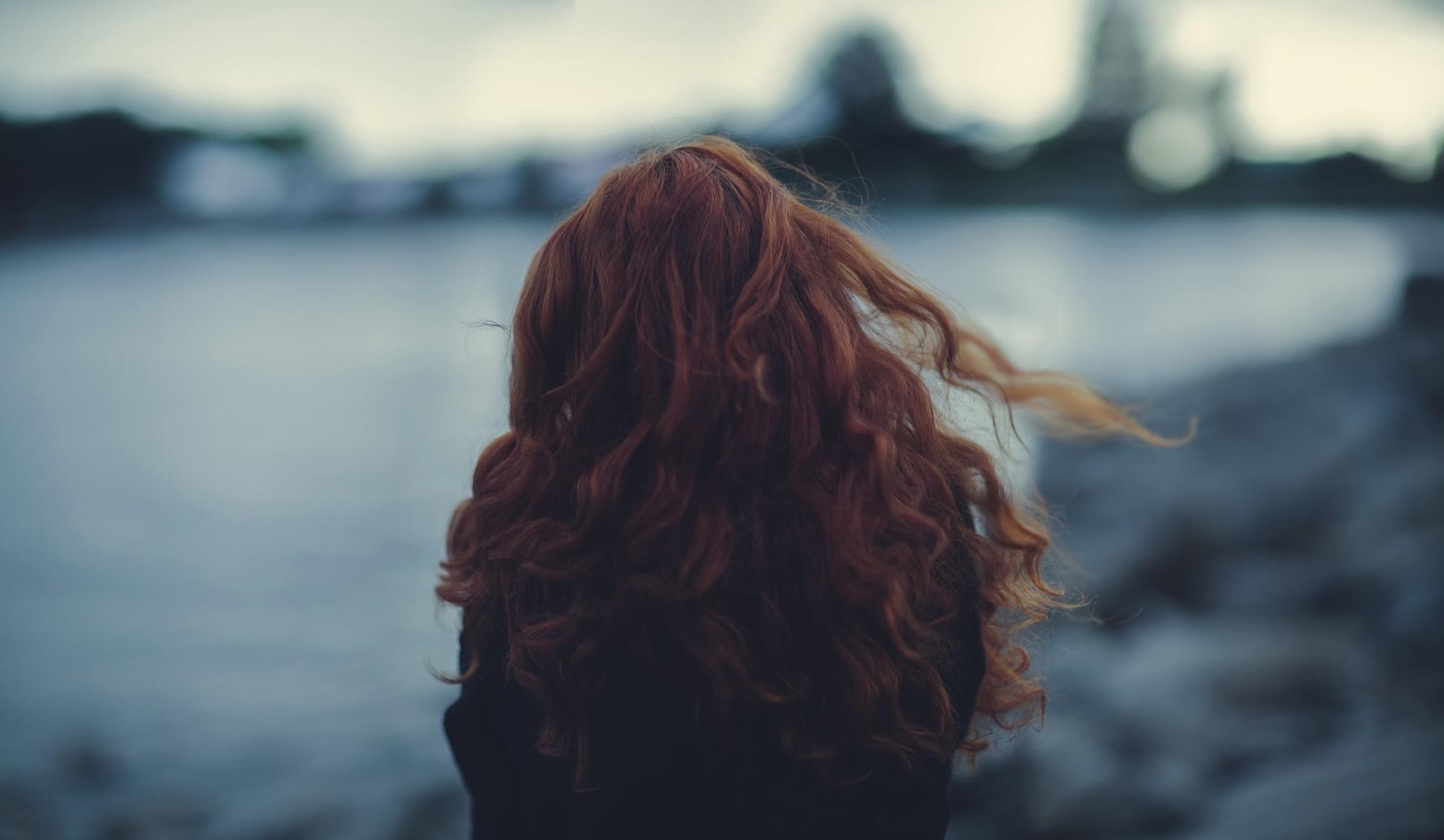 Фото одной рыжей девушки со спины