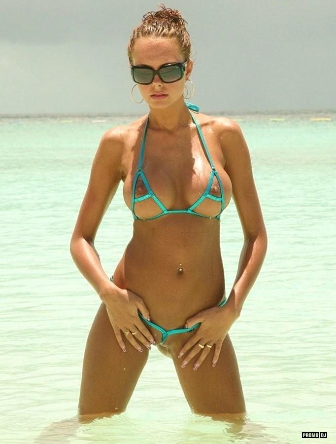 пляжное фото в мини бикини